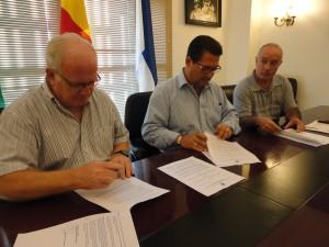 Firmado un convenio de colaboración entre el Ayuntamiento y Madre Coraje para la instalación de 5 contenedores para la recogida de ropa usada en Chipiona