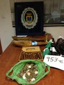 Agentes de la Policía Local detienen a los autores de un robo de madrugada en un chiringuito de la playa de Camarón
