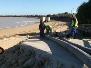 Comienza la instalación de la tubería que transferirá la arena del dragado de la bocana de Puerto Chipiona a la costa