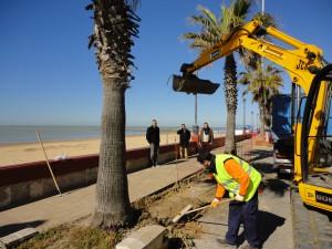 El Alcalde visita las obras del paseo Costa de la Luz