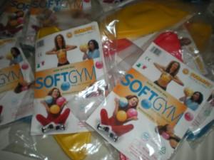 Deportes y Bienestar Social entrega material de gimnasia a la Asociación de Fibromialgia