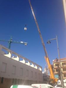 El Ayuntamiento intercede para que sea desmontada la grúa de la obra paralizada en el antiguo Hotel Cruz del Mar