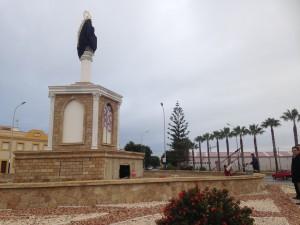 La Virgen de Regla que presidirá la entrada a Chipiona ya está situada en el monumento de la glorieta que ha sido renovada y embellecida