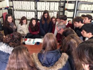 Educación inicia las visitas escolares al archivo municipal de Chipiona para que conozcan su funcionamiento y la importancia de su contenido