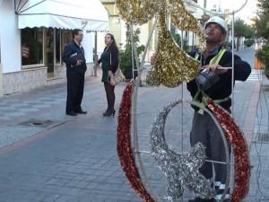 Chipiona adelanta la instalación del alumbrado de Navidad para ayudar al comercio local