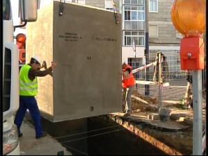 El Ayuntamiento coloca los tres primeros prefabricados de hormigón de la primera línea de soterrados