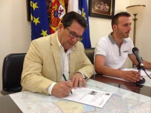 Antonio Peña y Javier Díaz hacen partícipes a trabajadores municipales y ciudadanía del éxito histórico de las banderas azules