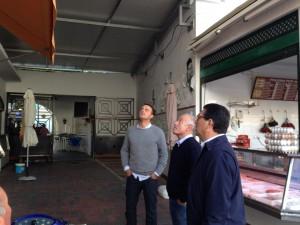El Ayuntamiento trabaja en el montaje de la estructura de la cubierta interior del Mercado de Abastos
