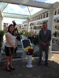 La Corporación Municipal depositó un centro de flores en el Mausoleo de Rocío Jurado en el octavo aniversario de su fallecimiento