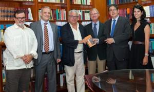 El periodista Fernando Orgambides entregó a la Biblioteca del Colegio de Abogados de Sevilla su libro sobre Manuel Rodríguez Piñero, patriarca de una saga de juristas.