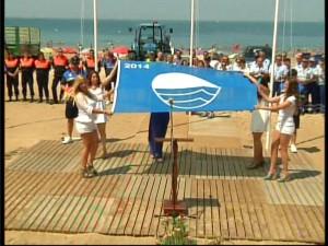 Chipiona abrió la temporada de playas con el mayor número de banderas azules de su historia