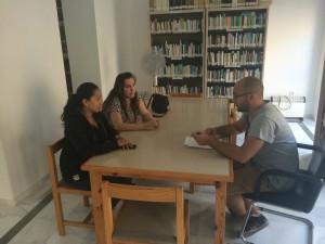La Delegada de Cultura se compromete con un grupo de jóvenes a ampliar el horario de la Biblioteca
