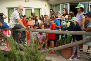 Niños de un campamento organizado por un economato social de Sevilla visitan Chipiona