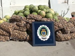 La Policía Local interviene 1.200 kilos de sandías, 600 de patatas, dulces y bollería procedentes de venta ambulante.
