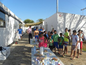 Los niños saharauis participan en una jornada lúdico-deportiva en la piscina municipal