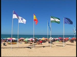 Ya ondean en las tres playas urbanas de Chipiona las banderas de la prestigiosa certificación Q de Calidad