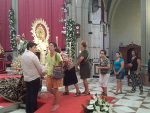 El tradicional besamanos a la Virgen de Regla congregó ayer a miles de ciudadanos a las puertas del Santuario
