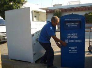 Chipiona da un paso más en la recogida selectiva con la instalación de contenedores de Madre Coraje para el aceite usado