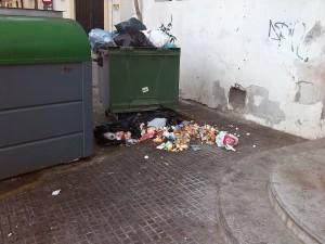 La falta de información sobre los lugares y funcionamiento de los  contenedores soterrados han provocado que la recogida de basura no haya ido pareja a la inversión realizada.