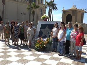 El Ayuntamiento, asociaciones y particulares llevan flores a la estrella de Rocío Jurado para recordar la fecha de su nacimiento
