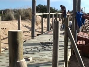 Medio Ambiente continúa con la reparación de la segunda de las pasarelas del Cordón Dunar