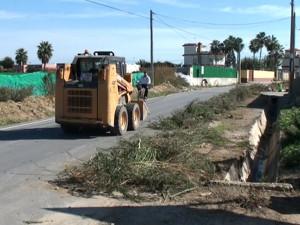 Chipiona pone a punto arroyos, cauces y caminos con el refuerzo de efectivos del Plan de Empleo Joven