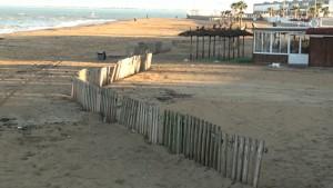 Chipiona instala tres kilómetros de retenedores en las playas para minimizar la pérdida de arena por los temporales