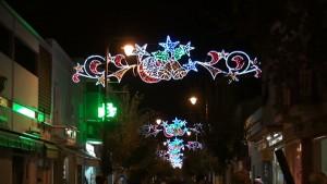 El alumbrado extraordinario de Navidad luce desde el lunes en las zonas más céntricas de la localidad.