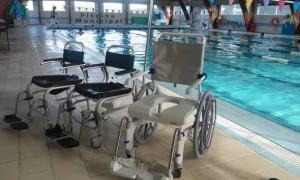 La piscina municipal mejora la atención a personas con discapacidad con una moderna silla de ruedas