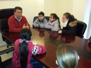 El Alcalde y la delegada de Educación muestran el funcionamiento del Ayuntamiento a alumnos del Colegio Aparcero