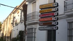 Chipiona renueva su señalización turística y comercial de sus calles