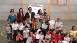 Antonio Peña y Estefanía Jurado clausuraron ayer la escuela de psicomotricidad en la que han participado casi 100 niños