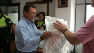 Antonio Peña entrega a los efectivos de la Policía Local la nueva uniformidad de verano