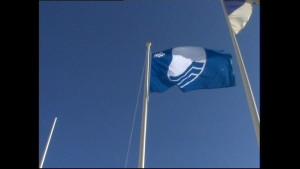El Ayuntamiento de Chipiona recoge las Banderas Azules de todo su litoral desde Puerto Chipiona hasta La Ballena