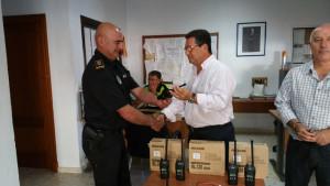 Antonio Peña entrega a la Policía Local cinco equipos portátiles de intercomunicación y uno más para coche patrulla