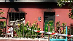 Efectivos del Consorcio de Bomberos extinguen un incendio que deja calcinada una vivienda en la calle Naranjo