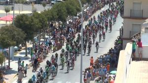 Chipiona salió ayer a la calle masivamente para vivir el paso de la Vuelta a España veinticinco años después