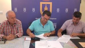 ACITUR formaliza un convenio con el Ayuntamiento por el que recibirá 800 euros para la promocionar el comercio agroalimentario local.