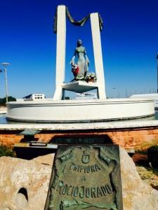 Ayuntamiento y RJ La Más Grande, han depositado hoy flores en el monumento de Rocío Jurado para conmemorar el nacimiento de la artista.