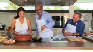 El periodista Carlos Herrera cocina en la casa de Bertín Osborne, esta semana en 'En la tuya o en la mía'