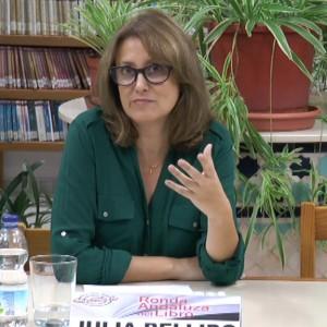 La escritora Julia Bellido participó ayer en un encuentro literario que se celebró en el Biblioteca de Chipiona