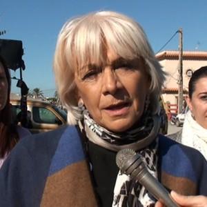 Teófila Martínez transmite las propuestas para Chipiona y la provincia en una visita al mercadillo