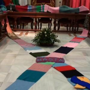 Una bufanda tejida por decenas de personas simboliza la unión en Chipiona contra la violencia hacia las mujeres