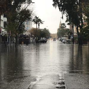 Registrados alrededor de 60 litros de agua por metro cuadrado en algo más de tres horas dejando calles y avenidas inundadas e intransitables.