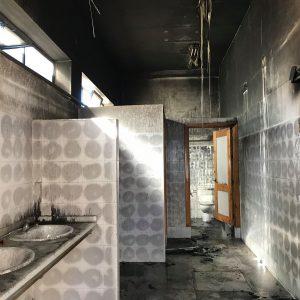 El cuerpo de Bomberos tuvo que sofocar dos incendios ayer en Chipiona con diversos daños materiales