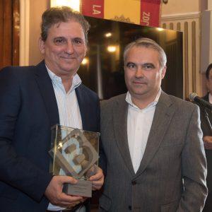 El sevillano Francisco Gallardo Rodríguez recibe premio Ciudad de Badajoz por su novela 'Áspera seda de la muerte' de manos del alcalde