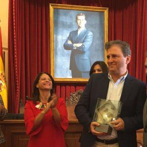 El sevillano Francisco Gallardo Rodríguez  recibe premio Ciudad de Badajoz por su novela 'Áspera seda de la muerte' de manos del alcalde de Badajoz .