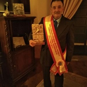 Francisco Reyes Vázquez recoge en una gala nacional el premio por su campeonato nacional de colombofilia