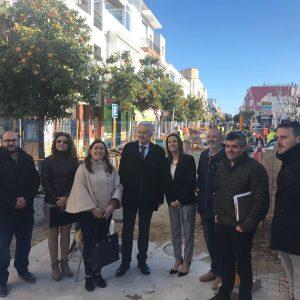 El subdelegado del Gobierno y la alcaldesa de Chipiona visitan las obras que culminan la rehabilitación de Víctor Pradera