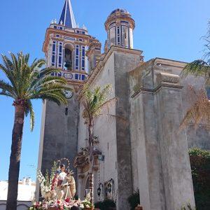 La comunidad educativa del colegio Divina Pastora finaliza el triduo con la procesión de la Virgen y la eucaristía en la Parroquia